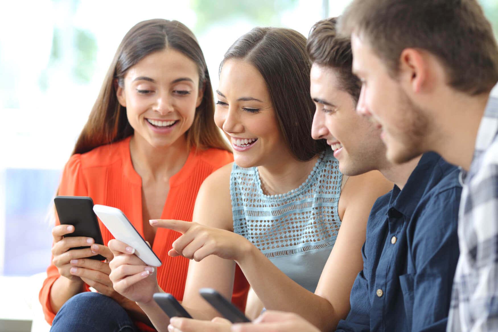 Freunde-Online-Beim-Vergleichen-Smartphone